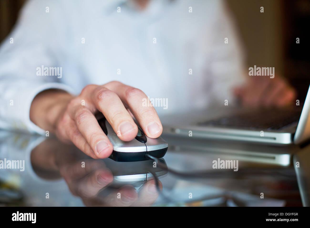 Uomo d affari con computer Immagini Stock