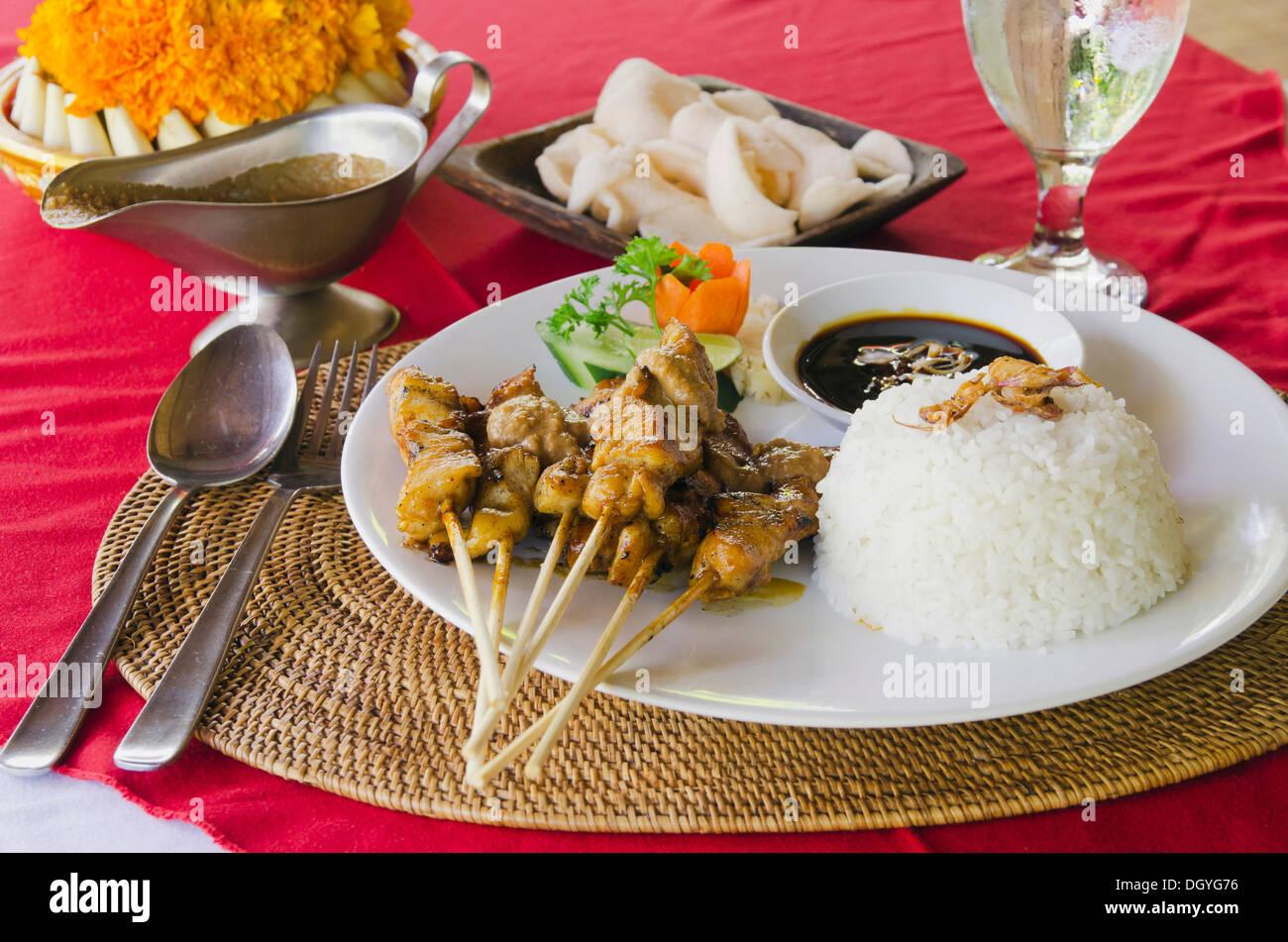 Pollo satay, spiedini di pollo con riso, cucina indonesiana, presso un ristorante, Ubud, Bali, Indonesia Immagini Stock