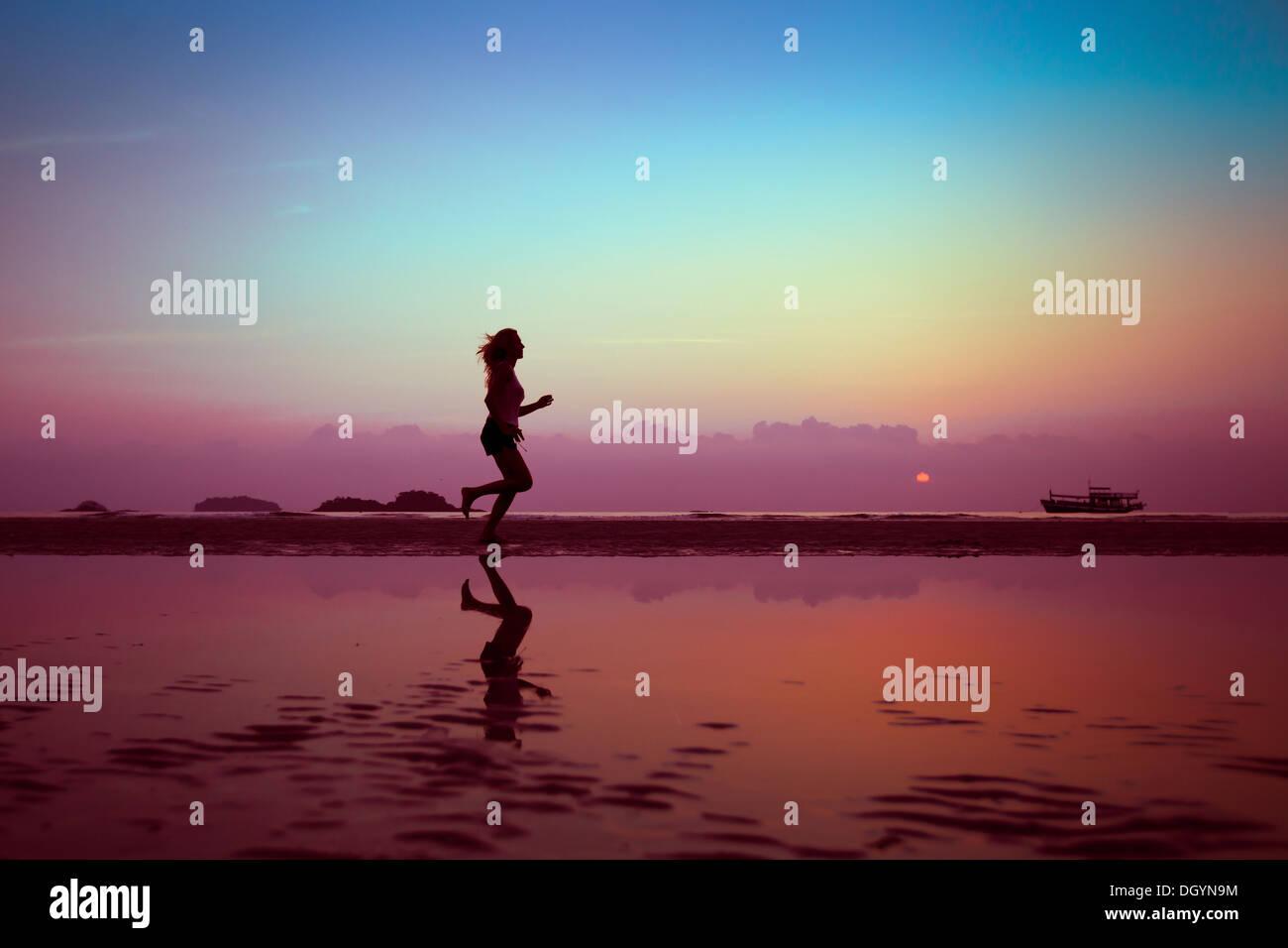 Benessere o sport sfondo, silhouette di donna sulla spiaggia Immagini Stock
