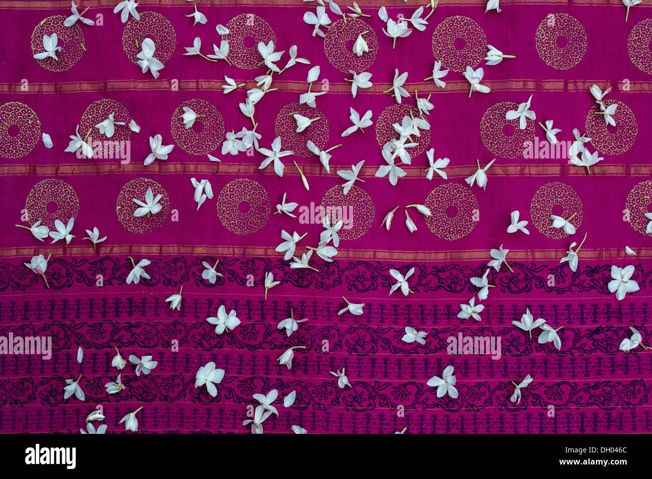 Fiori di gelsomino in un colorato sari indiani Immagini Stock