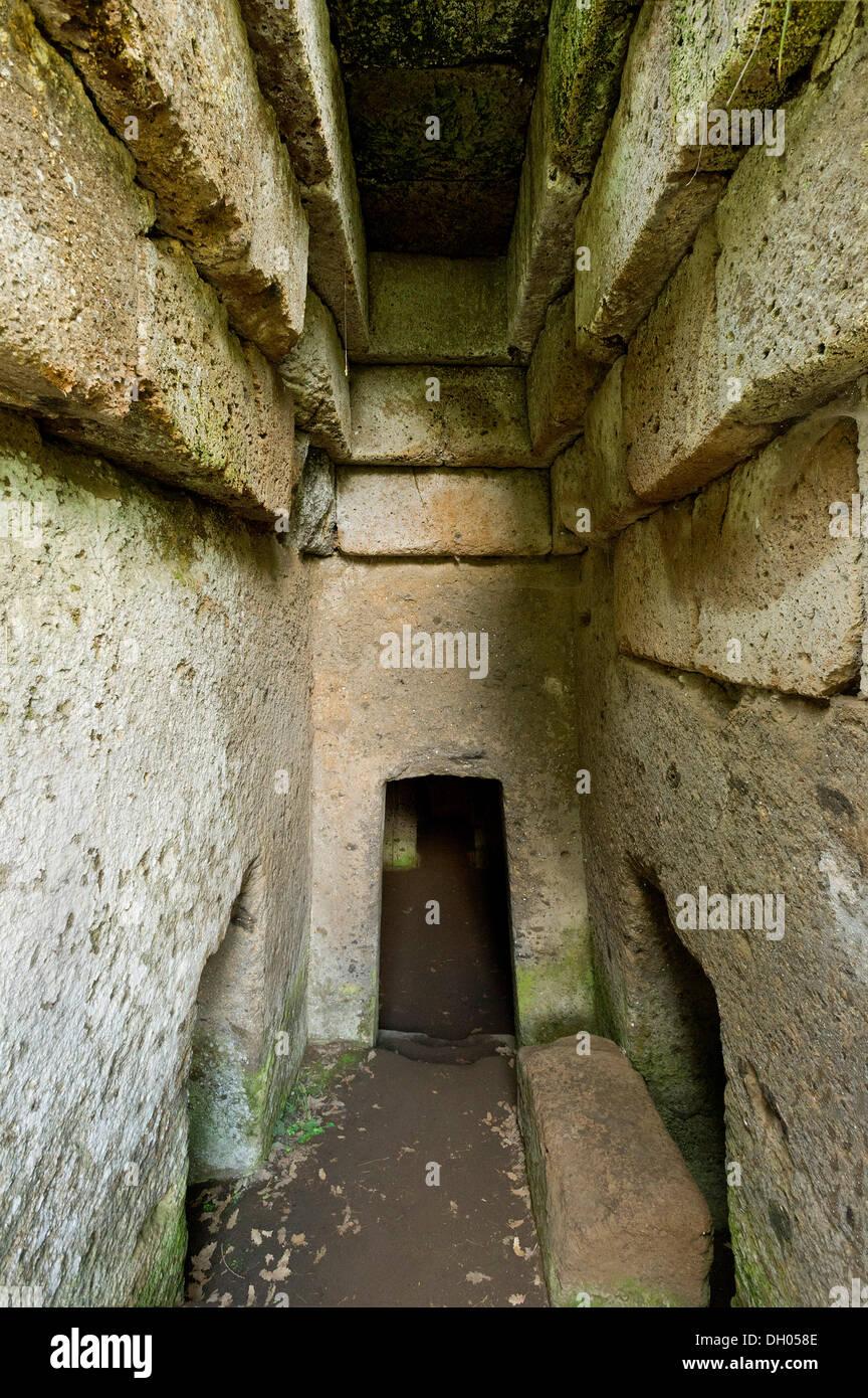 Tunnel di ingresso, dromos, dell'antica Tomba dei vasi greci tomba a camera, necropoli etrusca di La Banditaccia Immagini Stock