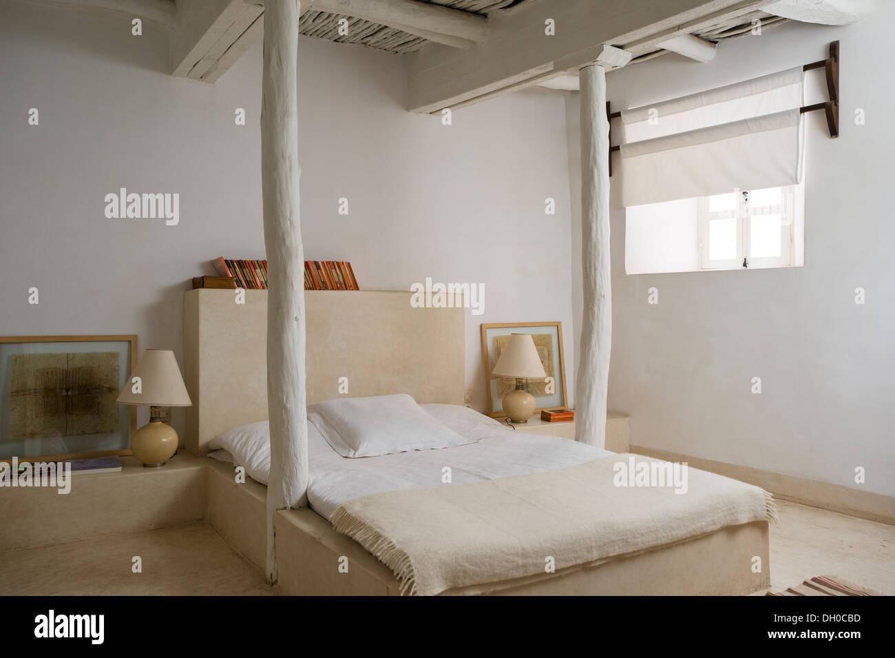 Camere Da Letto Marocco : Dipinto di bianco camera da letto marocchina con soffitto in travi