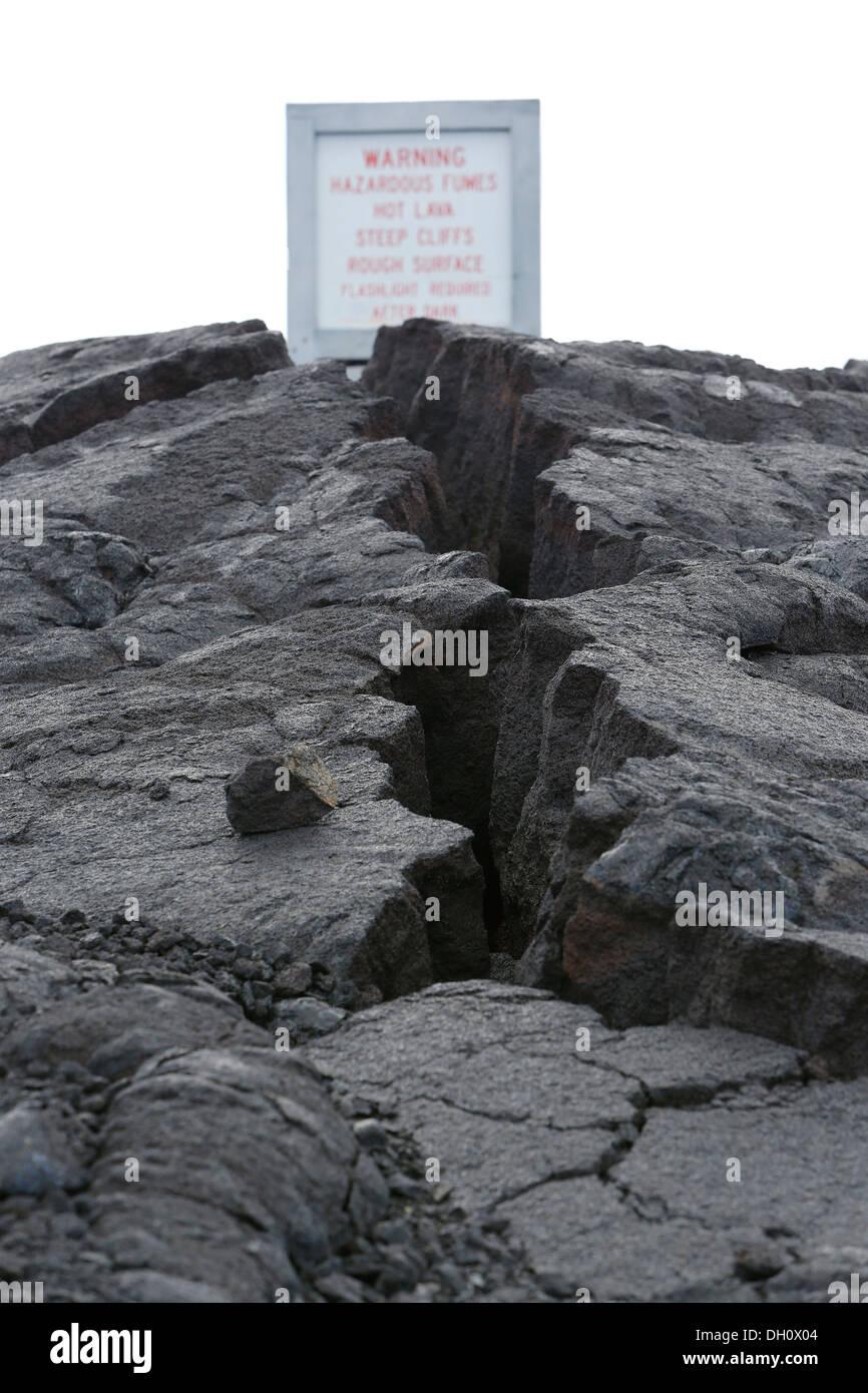 Segnalazione di pericoli in un campo di lava e dei vulcani, Est Zona di rift, vulcano Kilauea, Parco Nazionale dei Vulcani delle Hawaii Immagini Stock