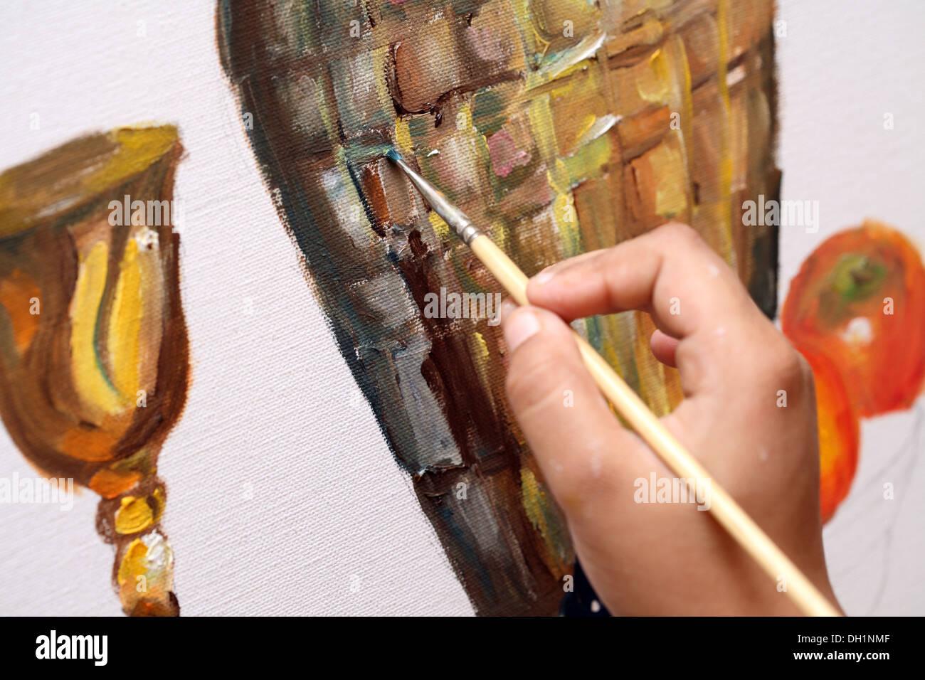 Ragazza giovane pittura su tela con pittura a olio Immagini Stock