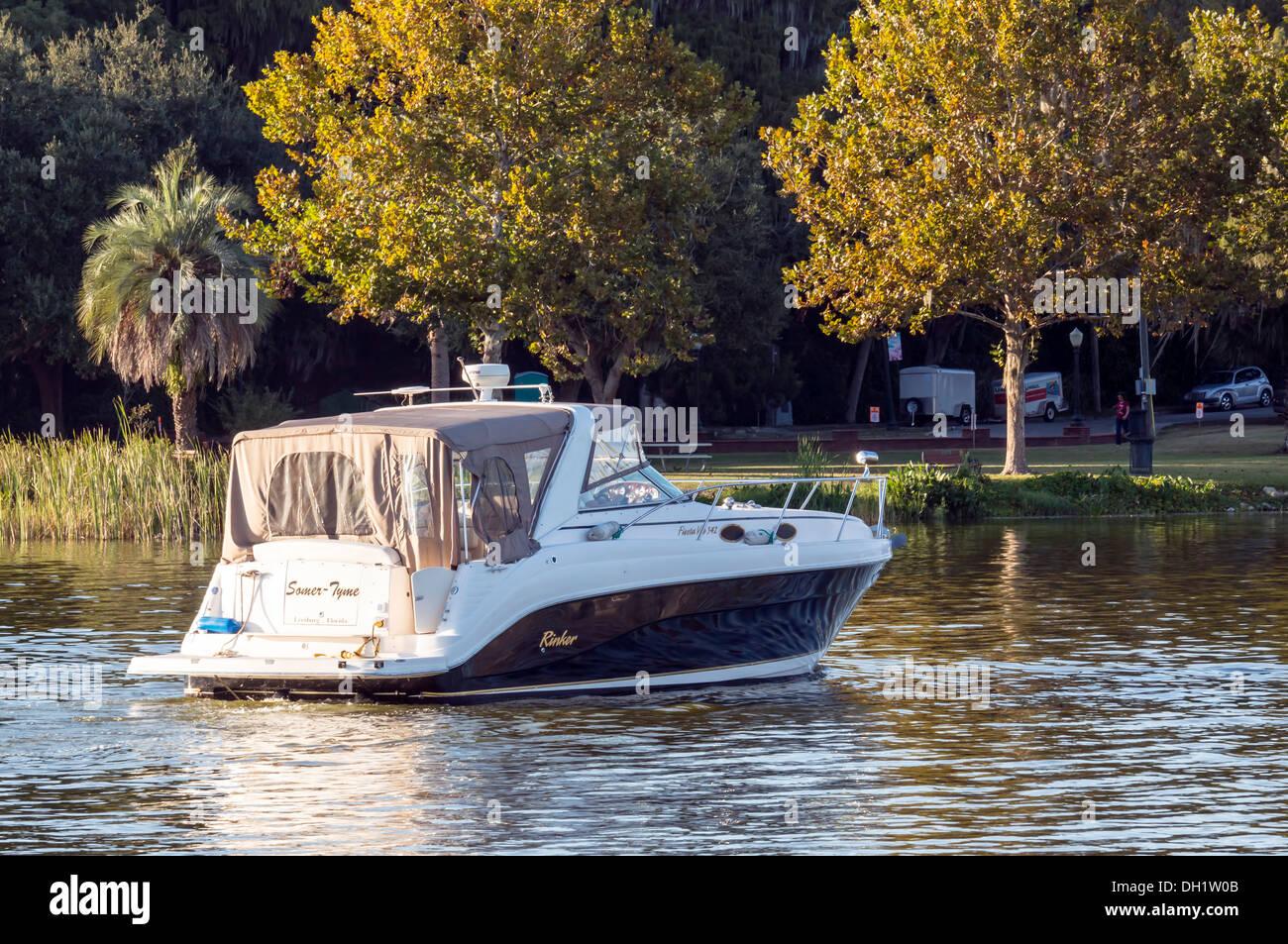Rinker Fiesta Vee 342 cabinato di potenza entrobordo crociera in barca sul Lago di Dora nel supporto Dora porto. Immagini Stock
