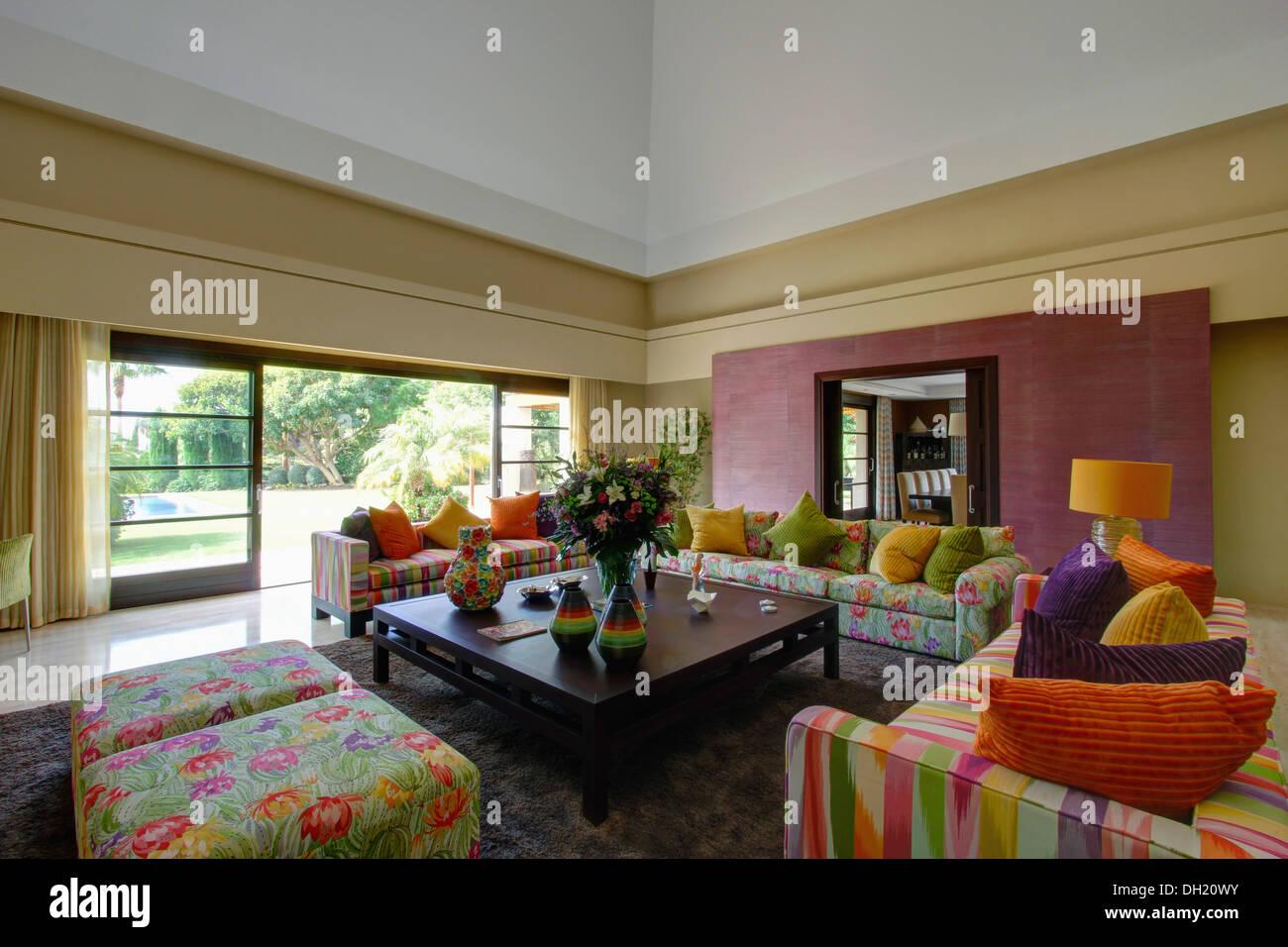 Cuscini colorati su motivi floreali e striped divani e sgabelli in