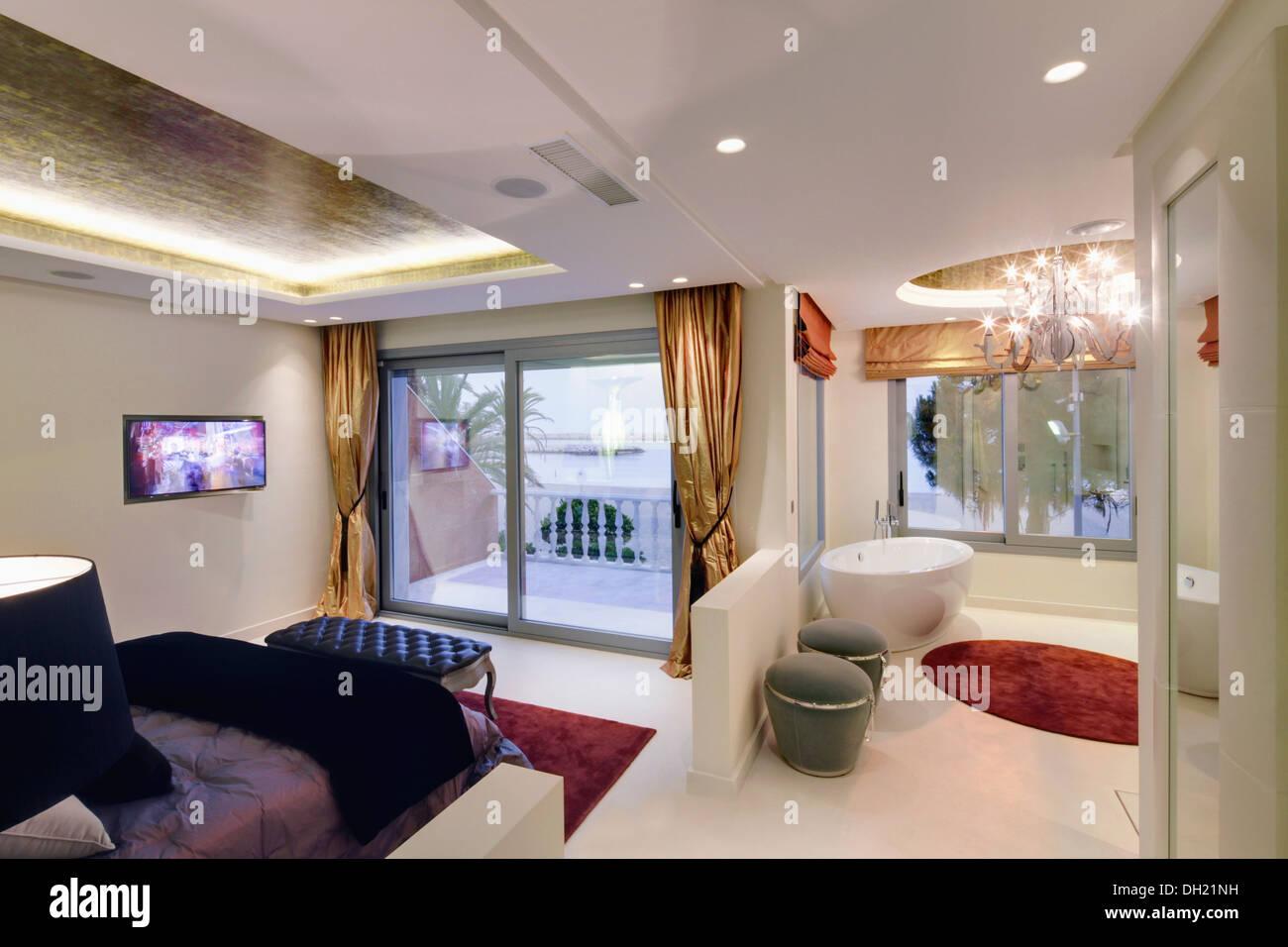 Bagno Aperto In Camera : Pavimento bianco in piano aperto camera da letto e stanza da bagno