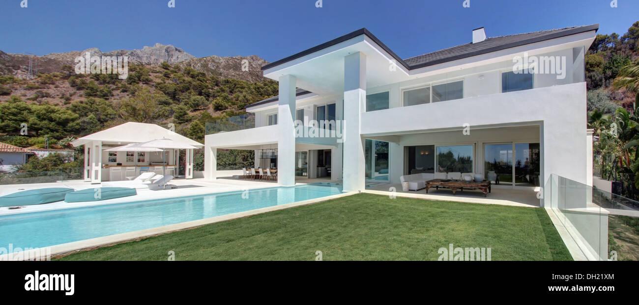 Appena turfed prato e turchese piscina frontale di grandi for Ville moderne con piscina