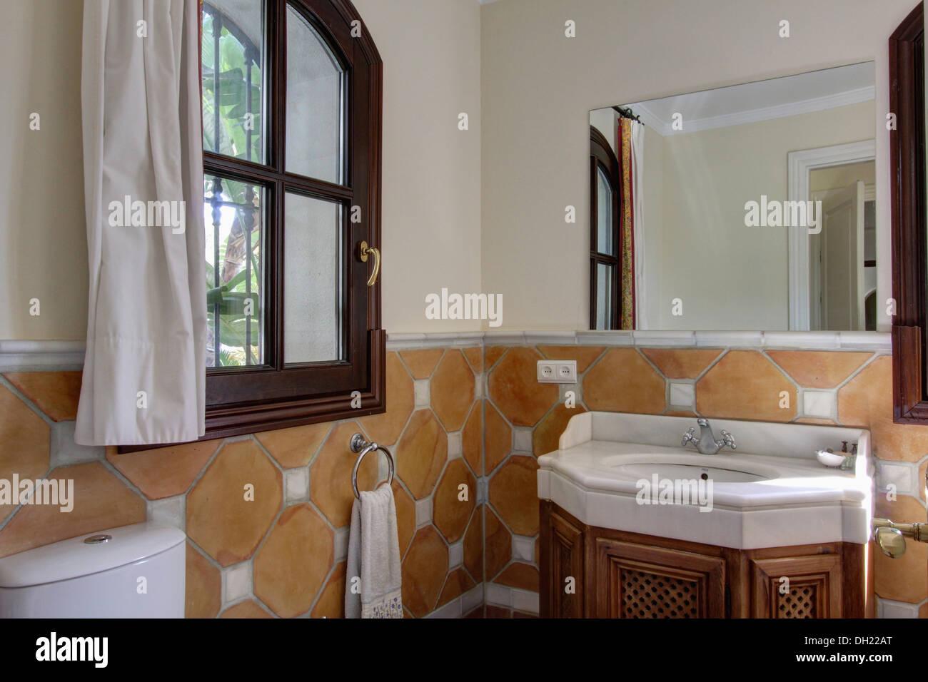 In piastrelle di terracotta a parete dado altezza in Spagnolo bagno ...
