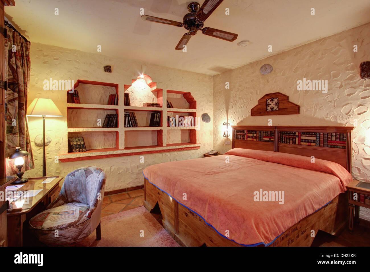 Pareti Rosa Camera Da Letto : Letto in legno con coperchio rosa in camera da letto con intonaco