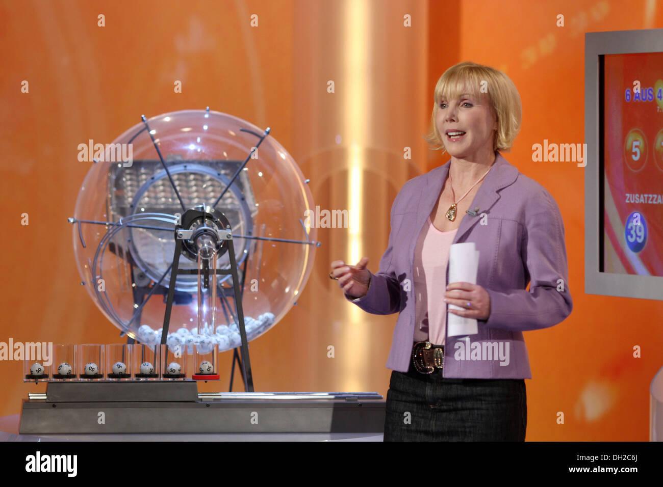 Lotto presenter Heike Maurer moderare il disegno dei numeri del Lotto nella ZDF studio televisivo Mainz Immagini Stock