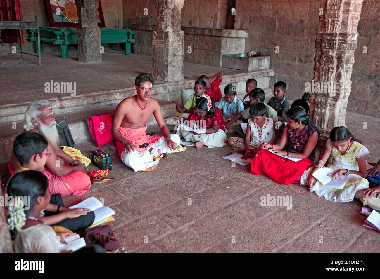 L apprendimento dei bambini l vedica indù scritture da pandit thanjavur tamilnadu India Asia Immagini Stock