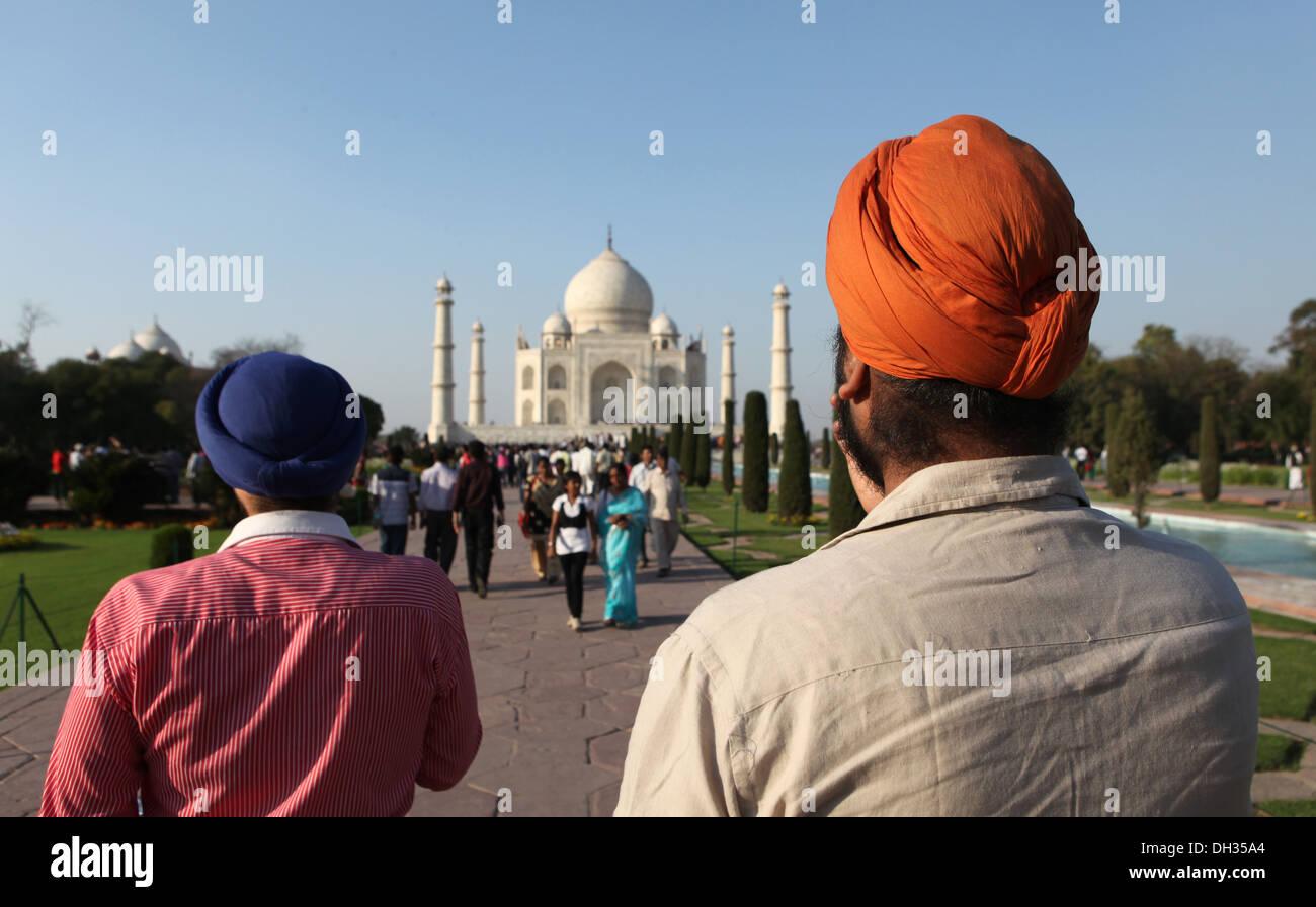 La religione sikh i turisti di fronte al Taj Mahal, Agra, Uttar Pradesh, India, Asia Immagini Stock