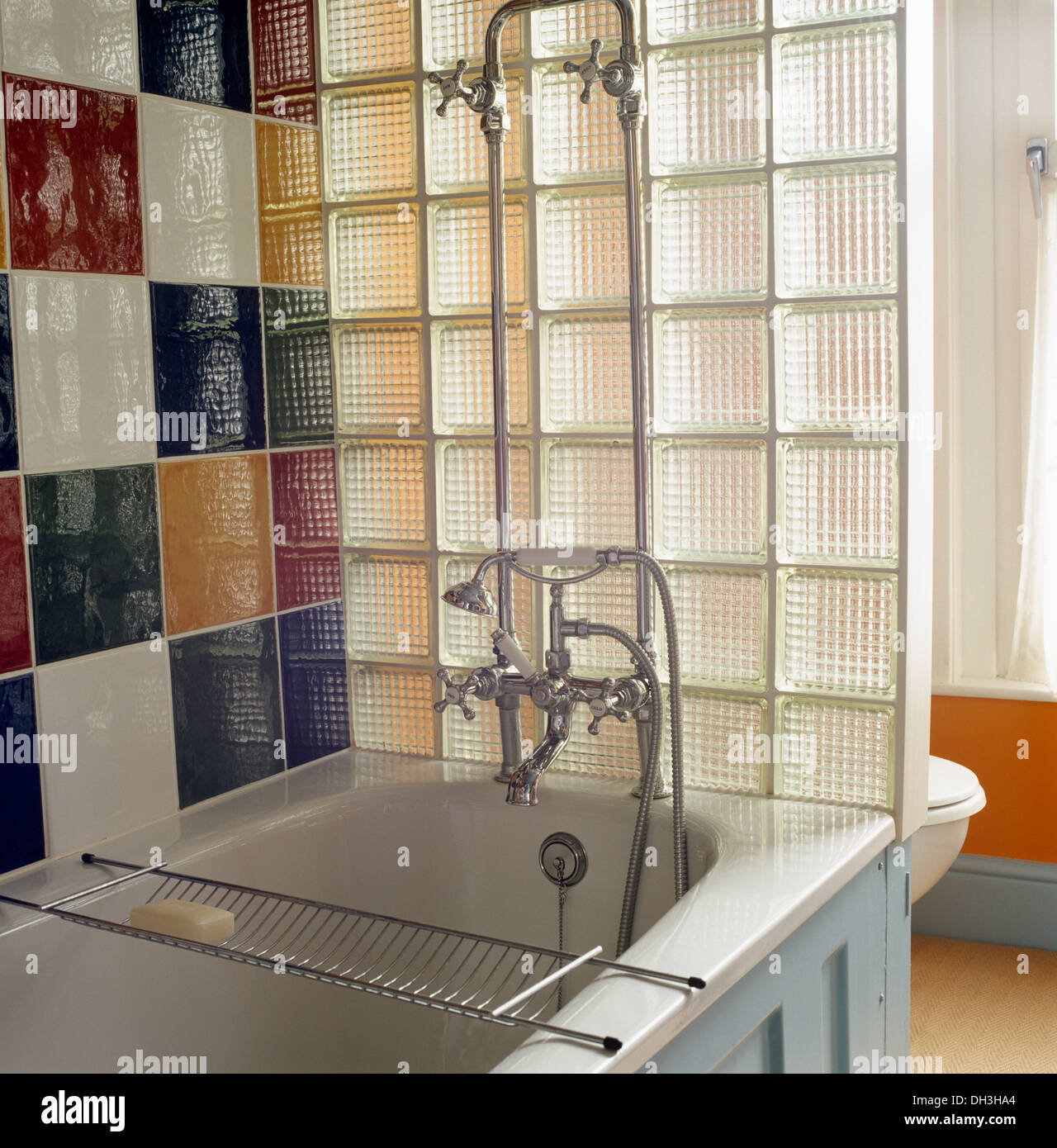 Piastrelle colorate al di sopra del bagno cromato con - Piastrelle di vetro ...