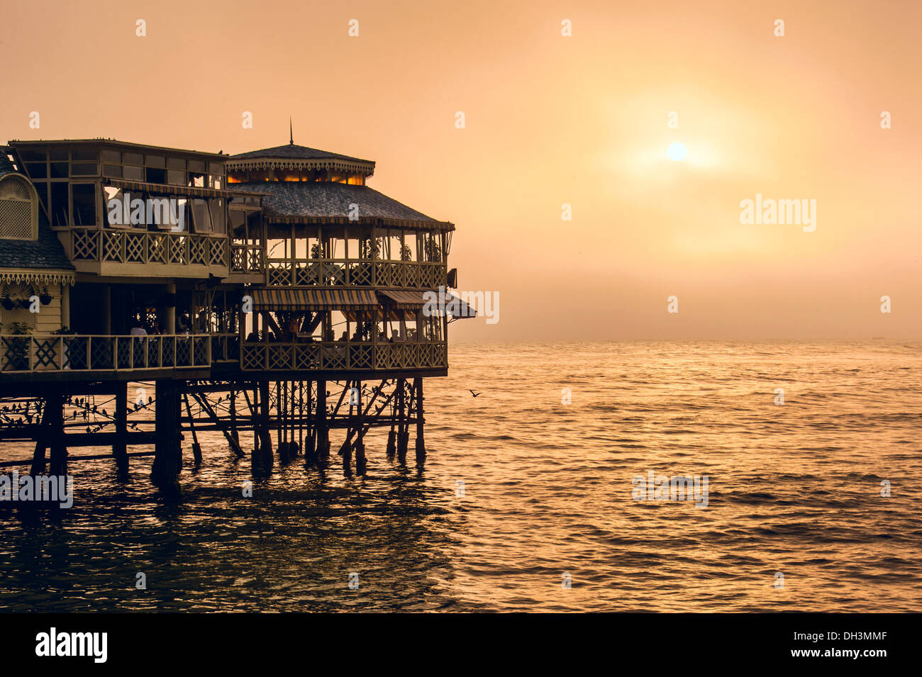 Serata di Lima. Tramonto sull'Oceano Pacifico, Perù, America Latina Immagini Stock