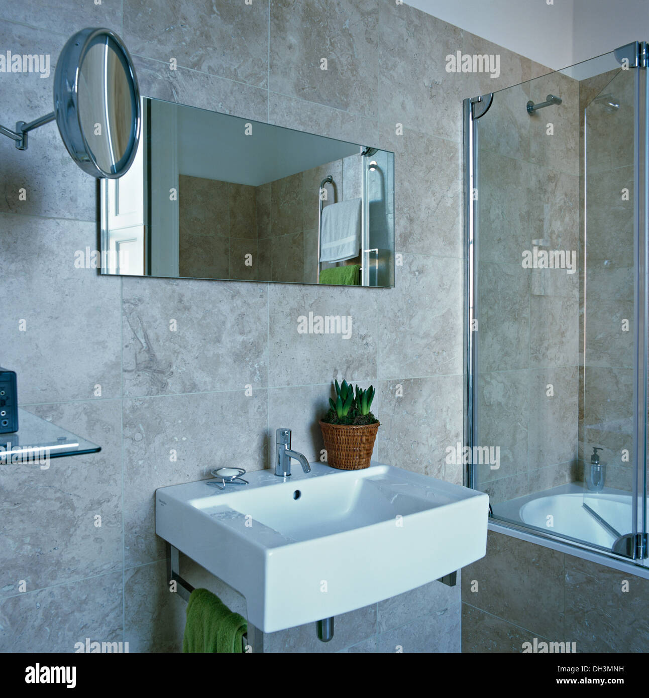 Bathroom basin mirror monochromatic immagini bathroom basin mirror monochromatic fotos stock - Vasca da bagno in vetro ...