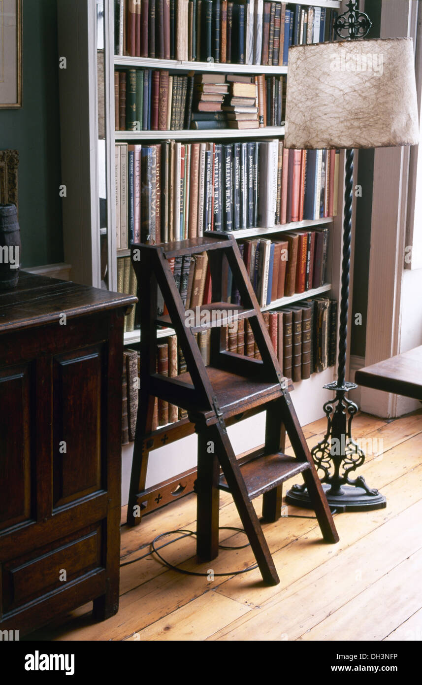 Antica libreria in legno e gradini in ferro battuto lampada standard ...