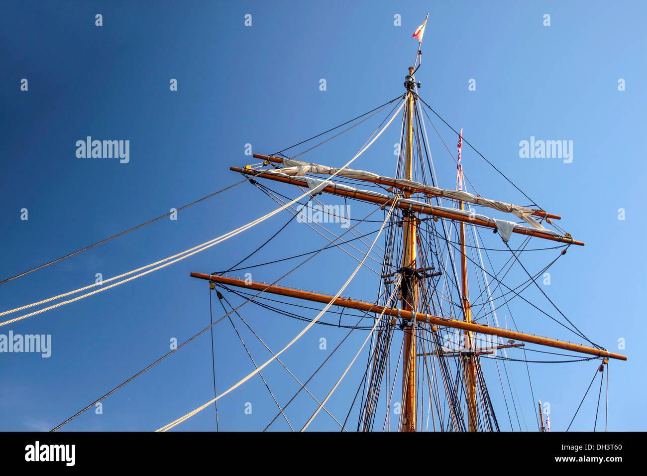 Montante di grandi dimensioni di una vecchia nave a vela in Amaliehaven, Copenhagen, Danimarca Foto Stock