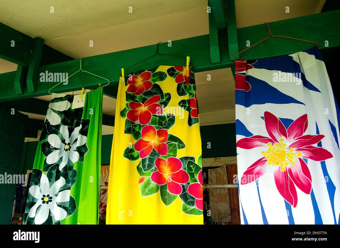 Lava-lava, Sarong per la vendita in tropicale souvenir shop in Aitutaki Isole Cook Immagini Stock