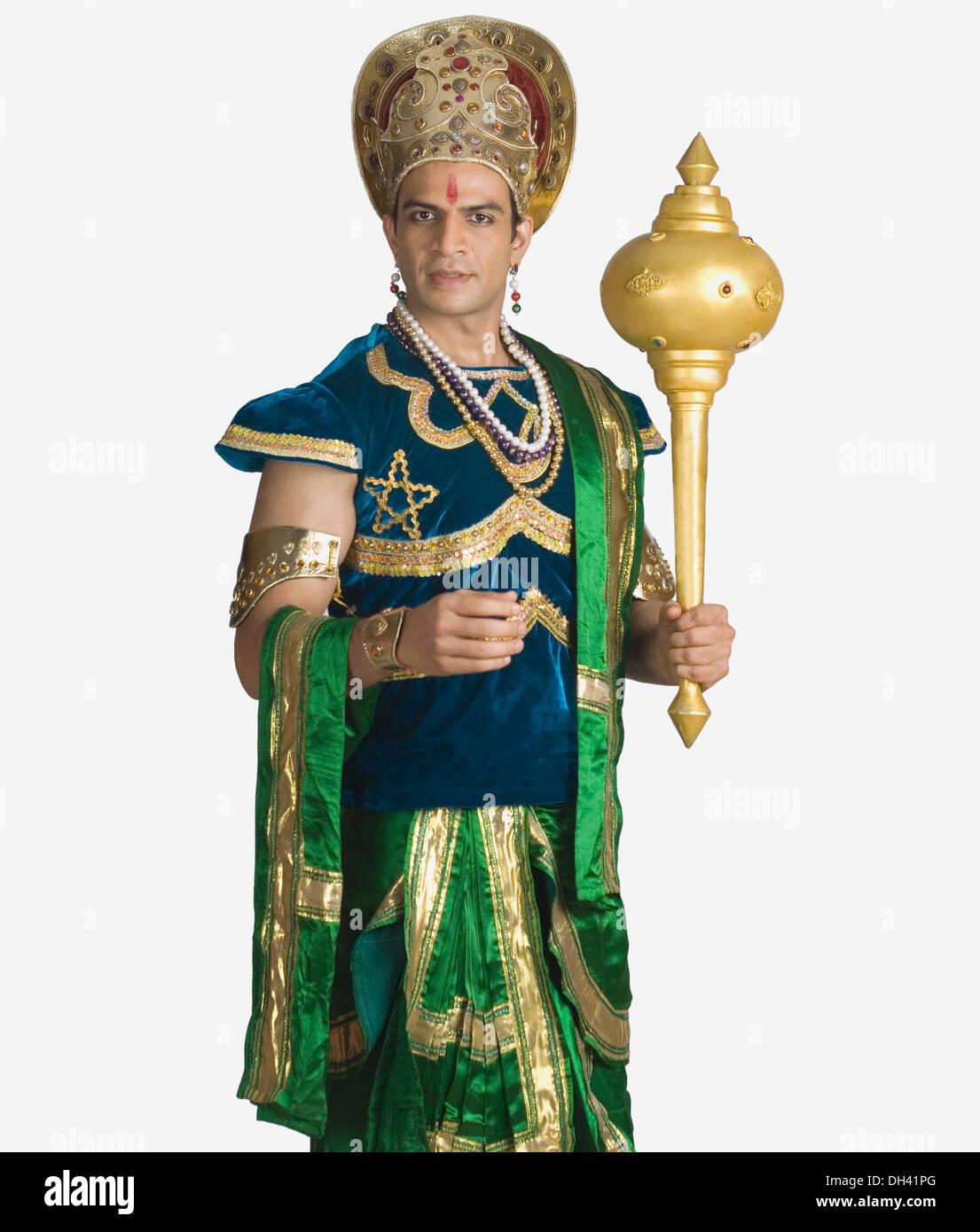 Giovane uomo vestito come Bhima e tiene in mano una mazza Foto Stock