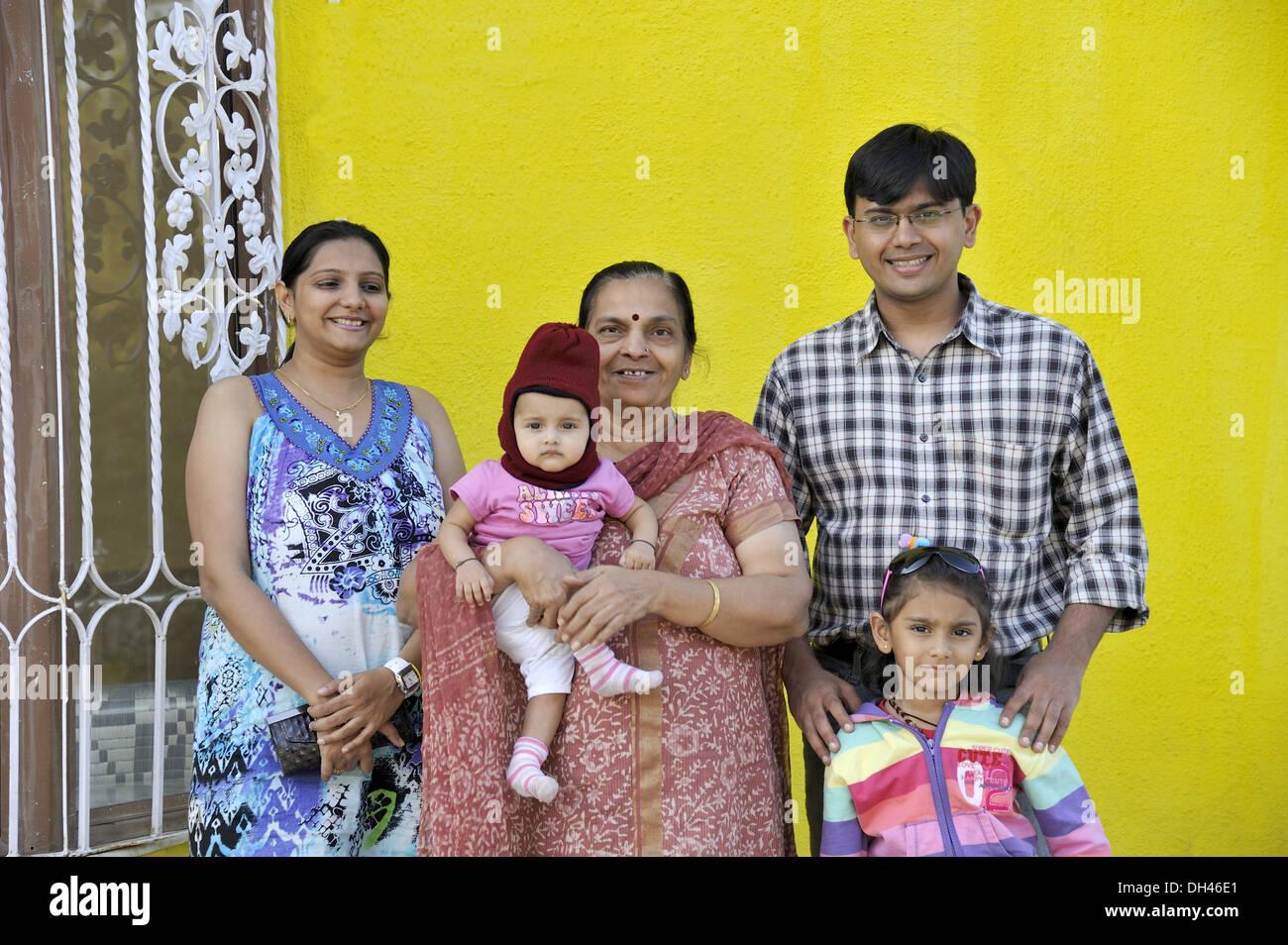 Famiglia indiana di cinque verticale - signor#736j e 736k e 736L e 736la & 364 - 184966 rmm Immagini Stock