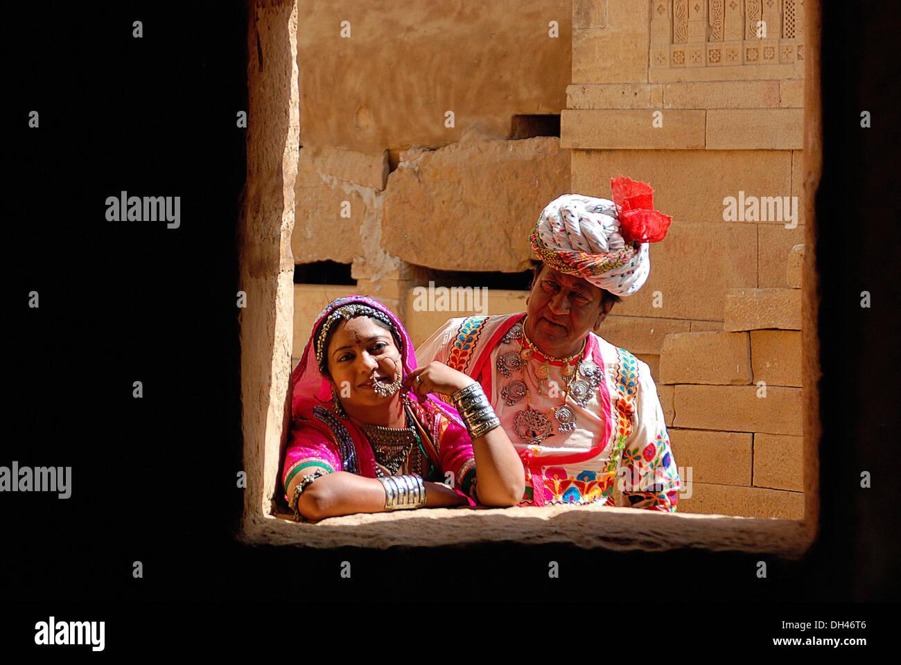 Indian l uomo e la donna in abito tradizionale Jaisalmer Rajasthan India Asia signor#784B&784C Foto Stock