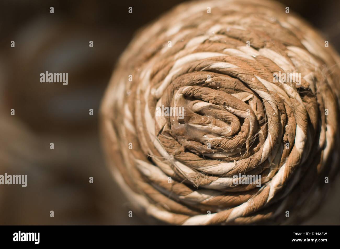 Corda intrecciata della stoffa avvolte creazione modello circolare Pune Maharashtra India Asia Gen 2012 Immagini Stock