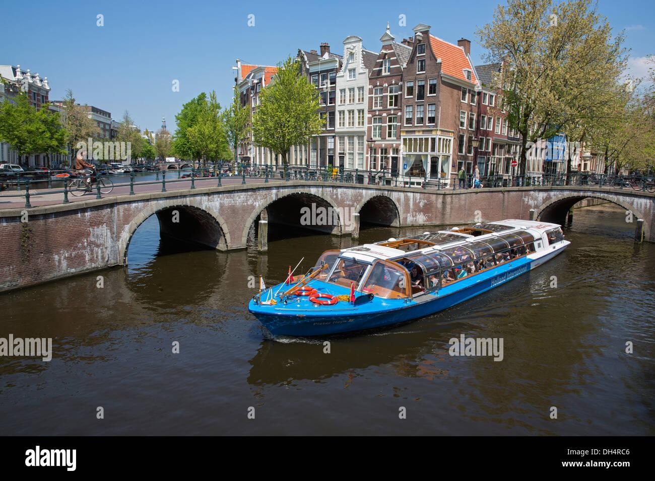 Paesi Bassi, Amsterdam, attraversamento di canali chiamati Keizersgracht e Leidsegracht. UNESCO - Sito Patrimonio dell'umanità. Viaggio di andata e ritorno in battello. Canal o tour in barca. Foto Stock