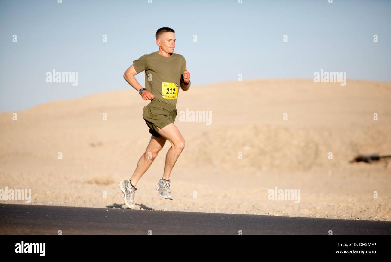 Guide di scorrimento a competere nel 2013 Marine Corps Marathon Fowrard a Camp Leatherneck, Afghanistan ott. 27. Più di 300 corridori hanno partecipato a questo anni maratona. Questo è il quinto anno di una maratona di satellite è stato tenuto a Camp Leatherneck. Immagini Stock