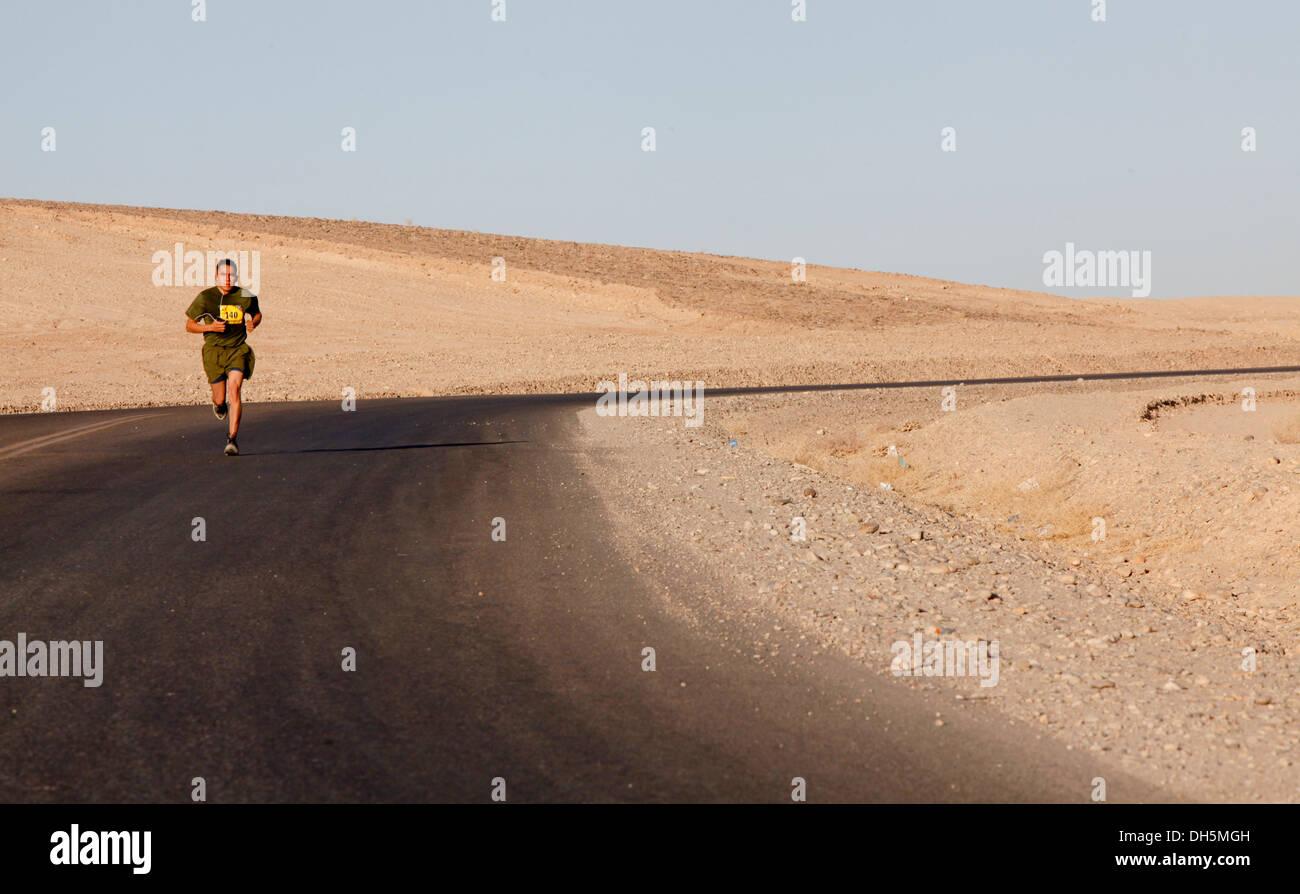 Guide di scorrimento a competere nel 2013 Marine Corps Marathon avanti a Camp Leatherneck, Afghanistan ott. 27. Più di 300 corridori hanno partecipato a questo anno di maratona. Questo è il quinto anno di una maratona di satellite è stato tenuto a Camp Leatherneck. Immagini Stock