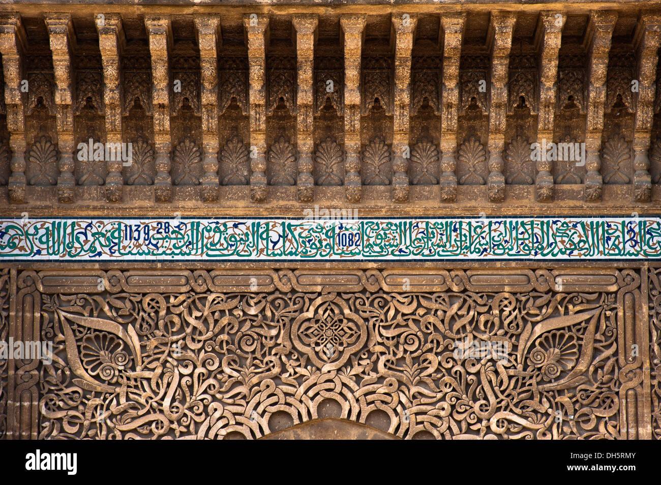 Decorazioni in stucco e mosaici di piastrelle con versetti
