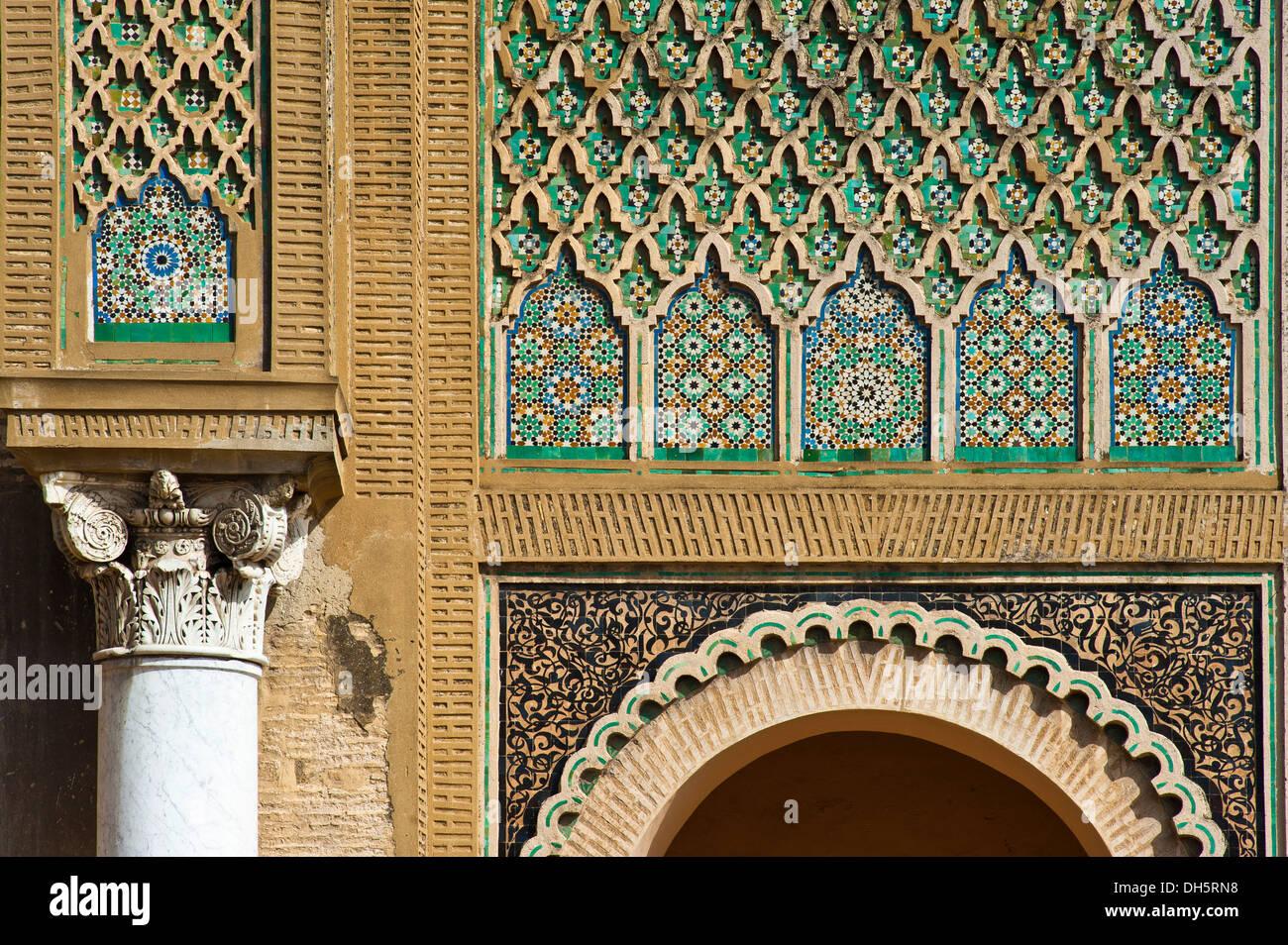 Colonne con decorazioni e mosaici di piastrelle zellige zillij o