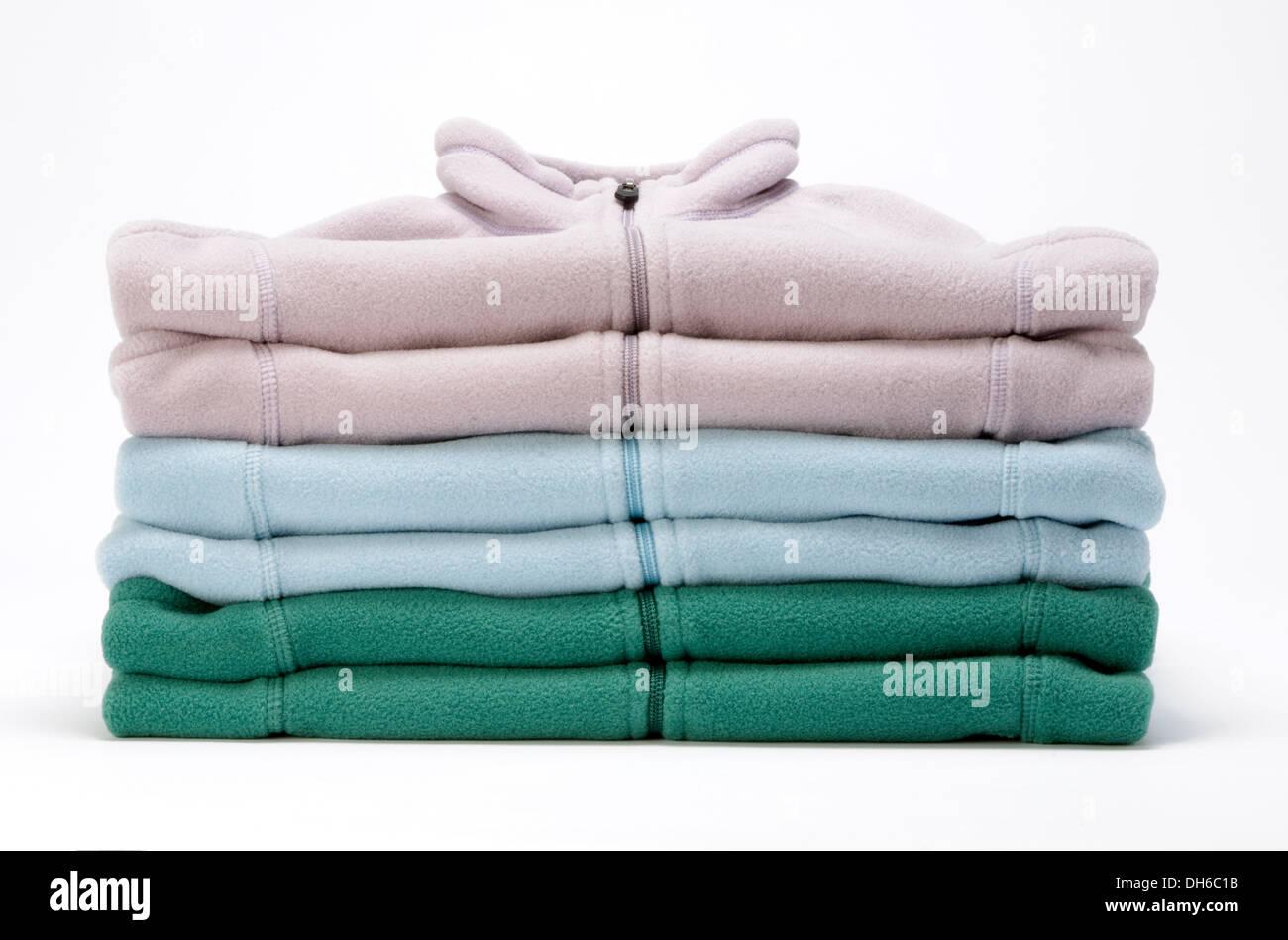 Una pila di soft color pastello camicie. Immagini Stock