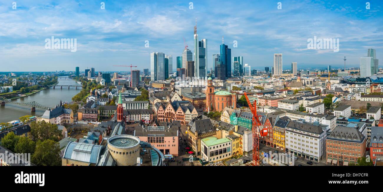 Panorama di Francoforte in Germania con il nuovo e il vecchio cityscapes. Immagini Stock