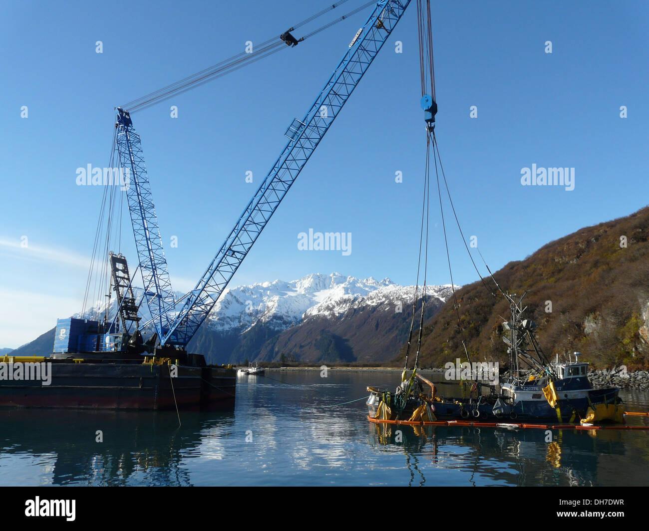 Dopo quasi tre mesi subacquea, il peschereccio destino Hunter è stata sollevata, recuperare e trainato in Cordova, Alaska, su Ott. 29, 2013. In seguito alla messa a terra del peschereccio nei pressi di Shoup Bay il 11 agosto, 2013, Alaska Marine una risposta Immagini Stock
