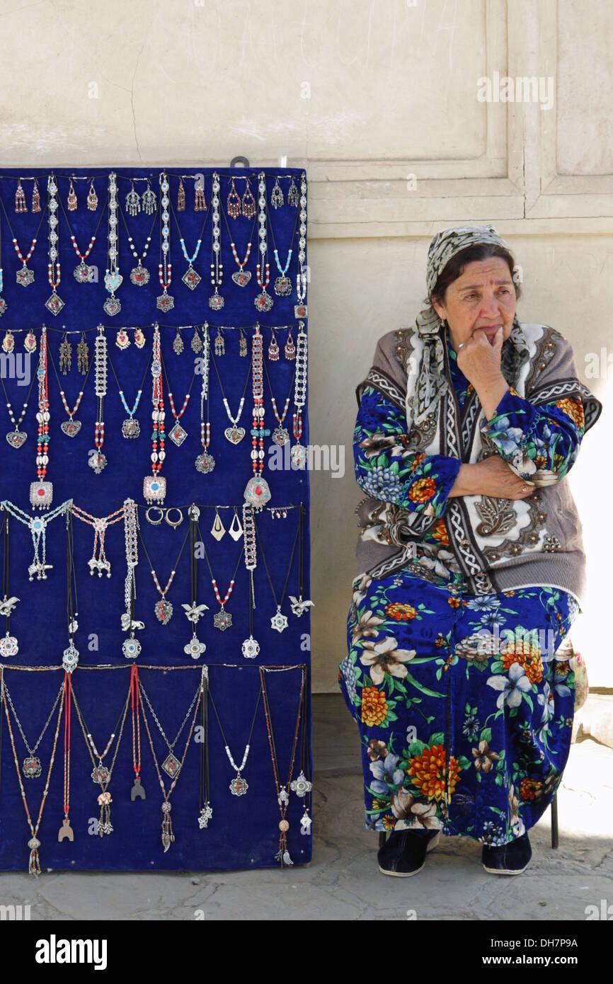 Signora tradizionale di vendita gioielli in Samarcanda, Uzbekistan Immagini Stock