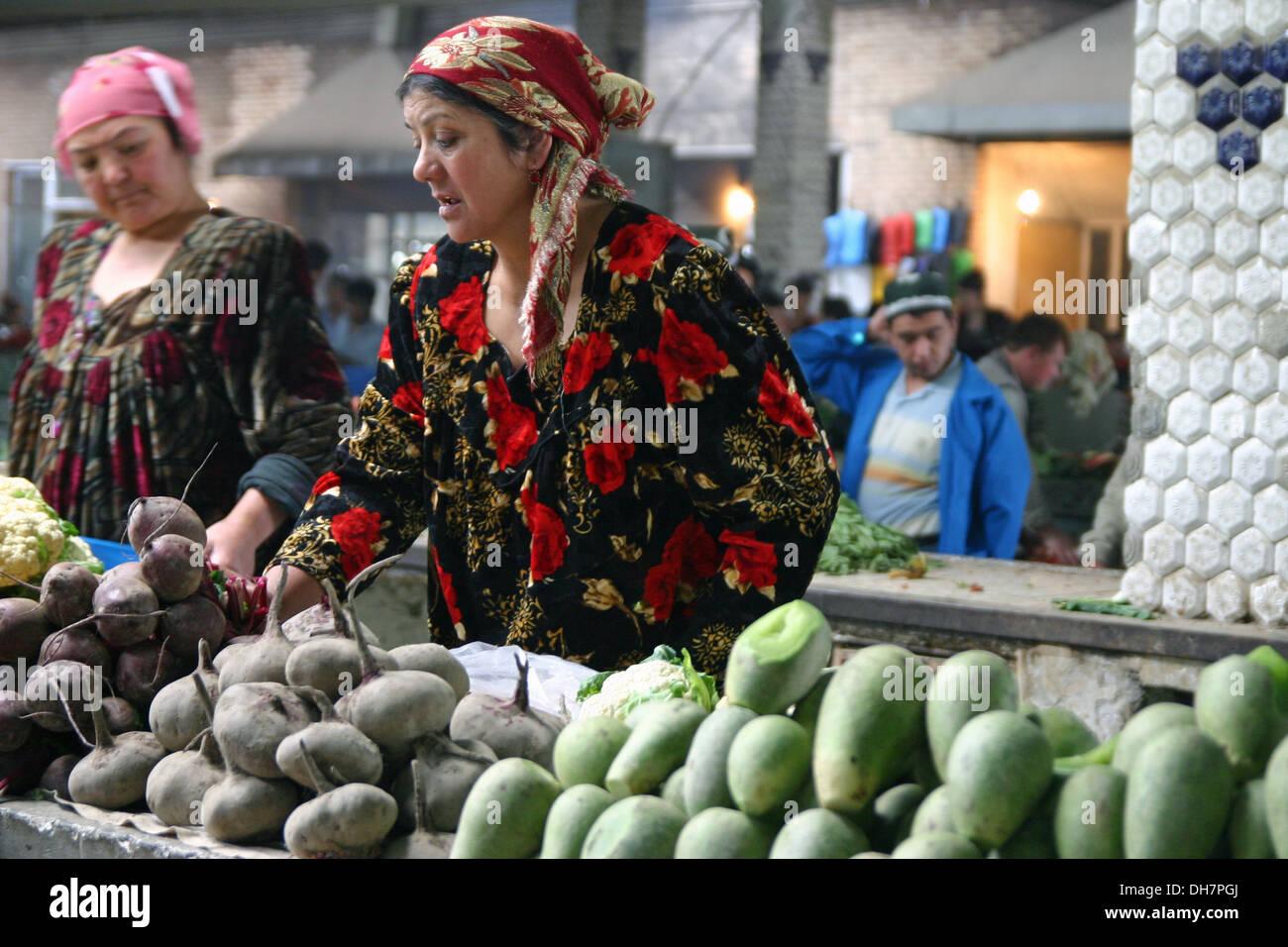 Signora tradizionali vendono spezie in Samarcanda, Uzbekistan Immagini Stock