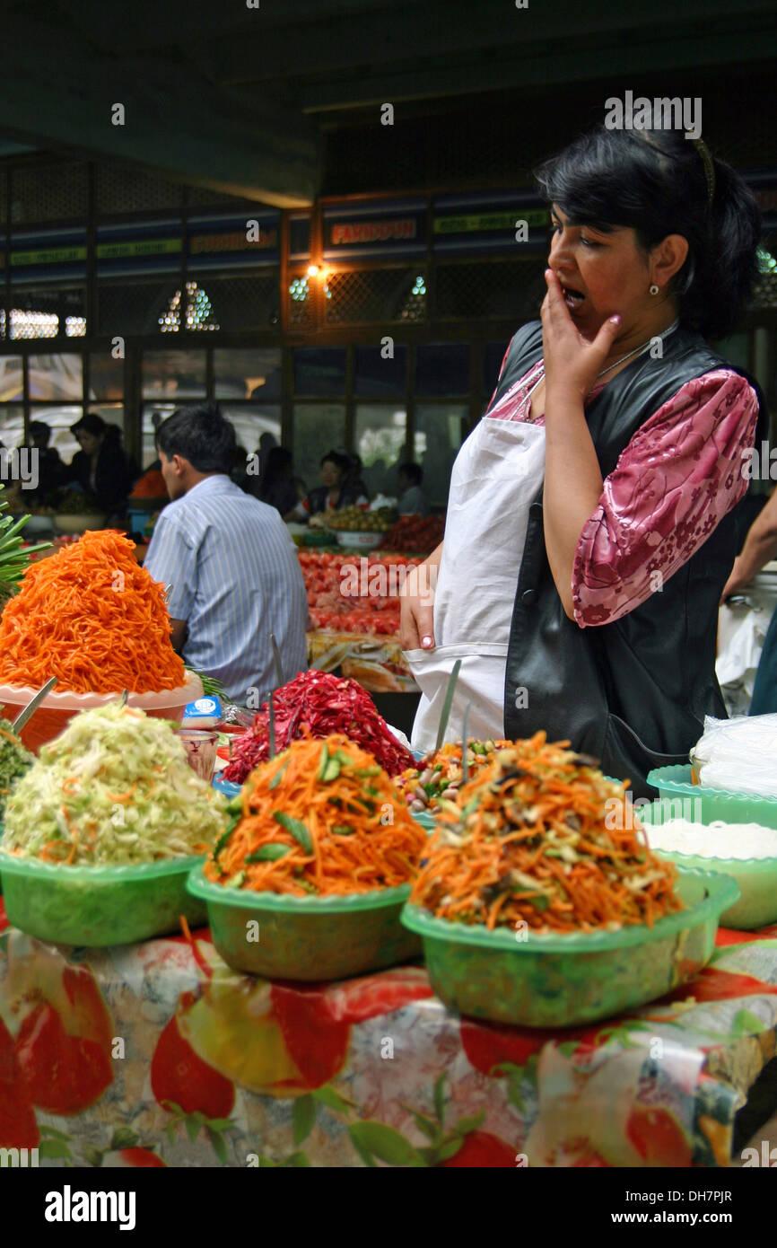 Onorevoli tradizionale vendita di ortaggi di Samarcanda, Uzbekistan Immagini Stock