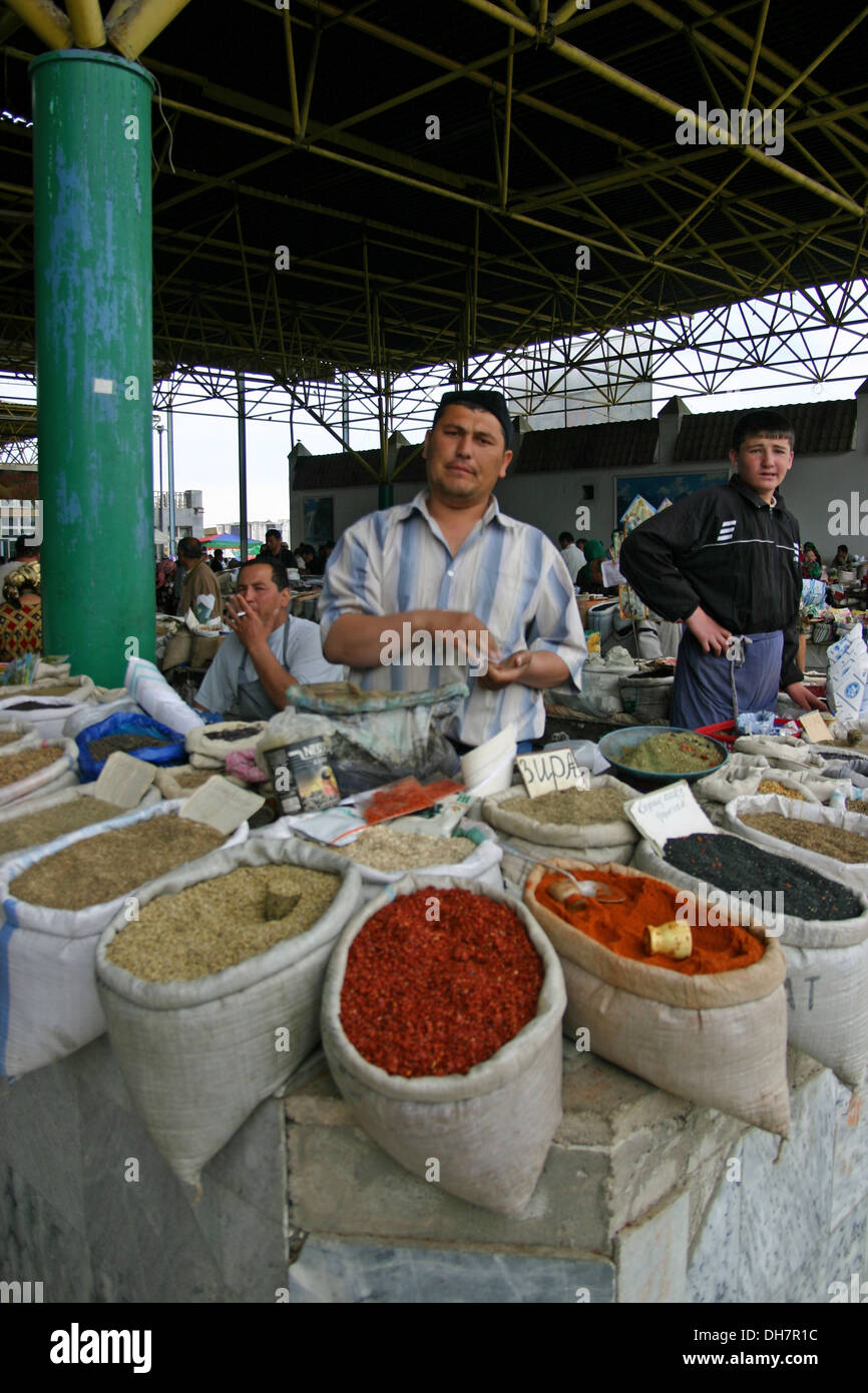 Uomo tradizionali spezie di vendita in un mercato di Samarcanda in Uzbekistan Immagini Stock