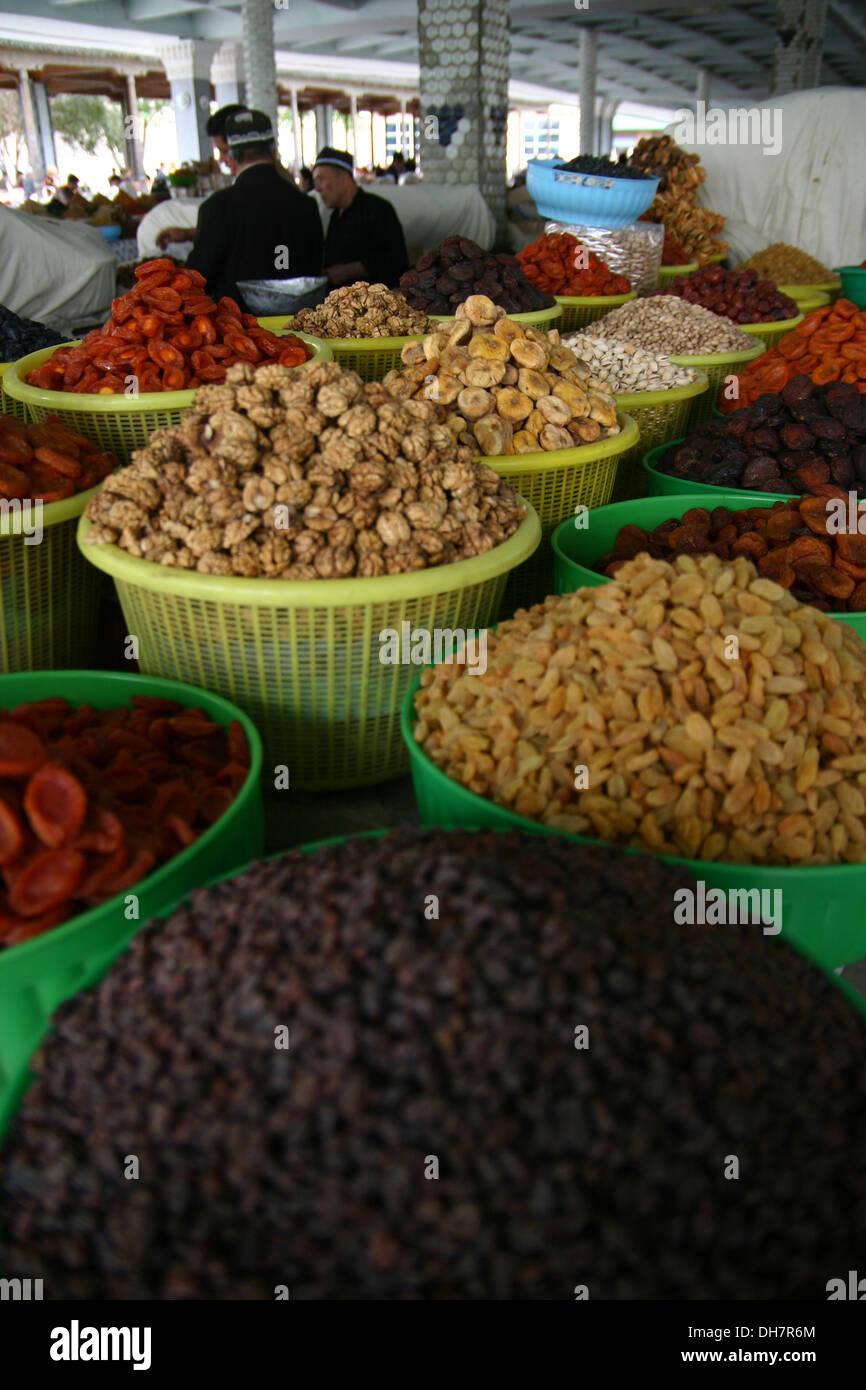 La vendita di spezie in un mercato di Samarcanda in Uzbekistan Immagini Stock