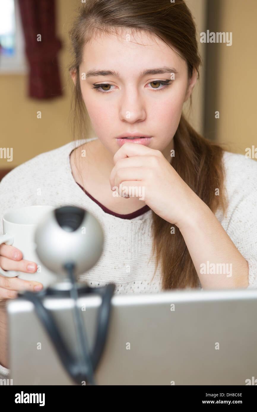 Preoccupato ragazza adolescente vittima di On Line il bullismo Foto Stock