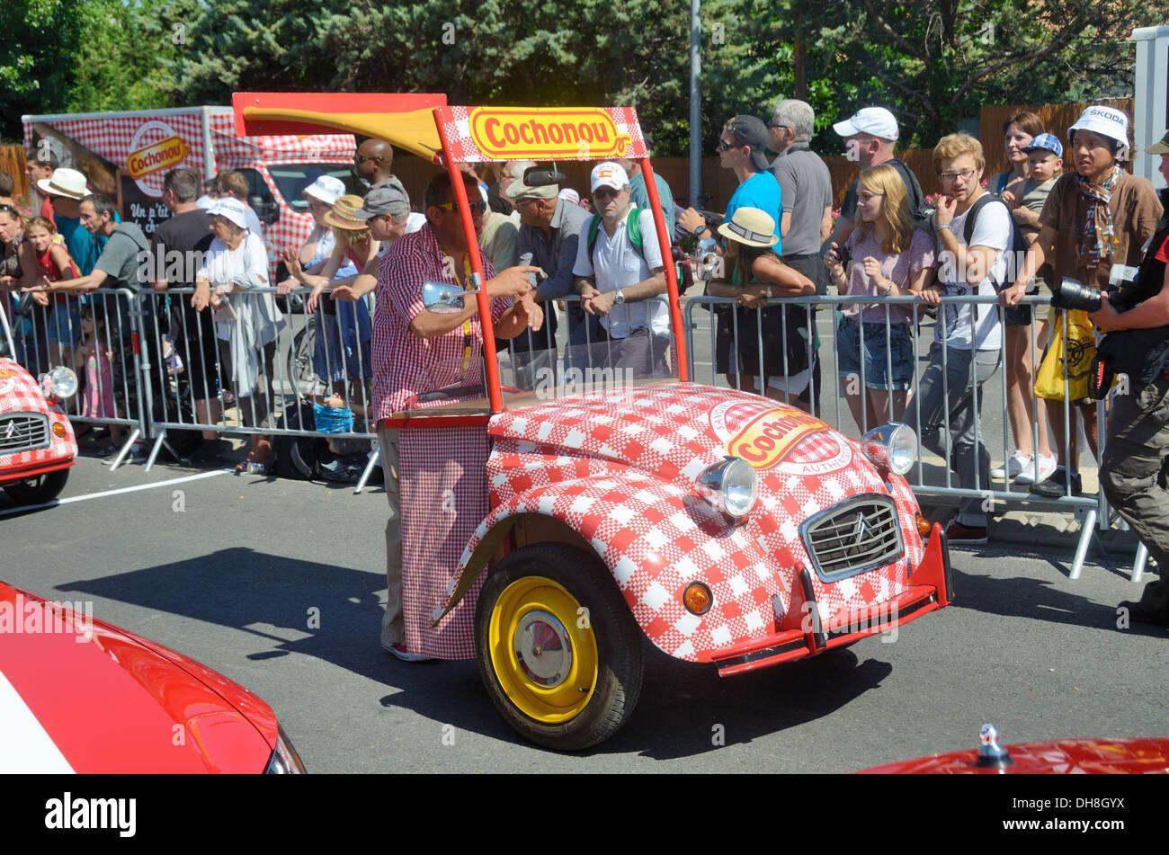 Modificato Citroen 2CV o auto personalizzata come veicolo pubblicitario durante il Tour de France Aix-en-Provence Francia Immagini Stock