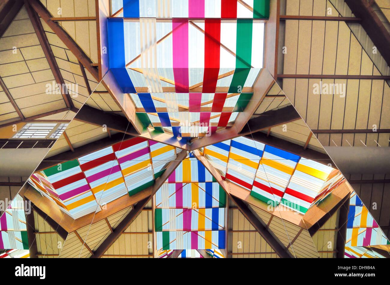 Stained-Glass Windows o le luci del tetto della piramide arte di installazione di Daniel Buren Istres Bouches-du Immagini Stock