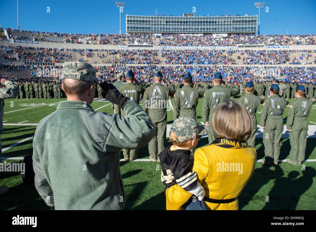 Presidente del Comune di capi di Stato Maggiore gen. Martin E. Dempsey, sua moglie la signora Deanie e uno dei loro nipoti a Falcon Stadium durante una Forza Aerea versetti Esercito del gioco del calcio in Colorado Springs, Colorado, nov. 02, 2013. Immagini Stock