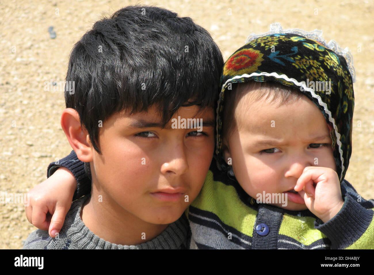 Ragazzo tradizionale e il bambino vicino a Samarcanda, Uzbekistan Immagini Stock