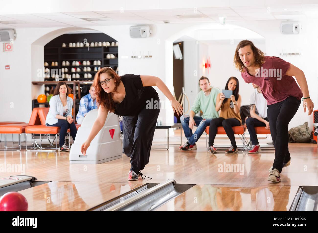 L uomo e la donna a giocare a bowling Immagini Stock