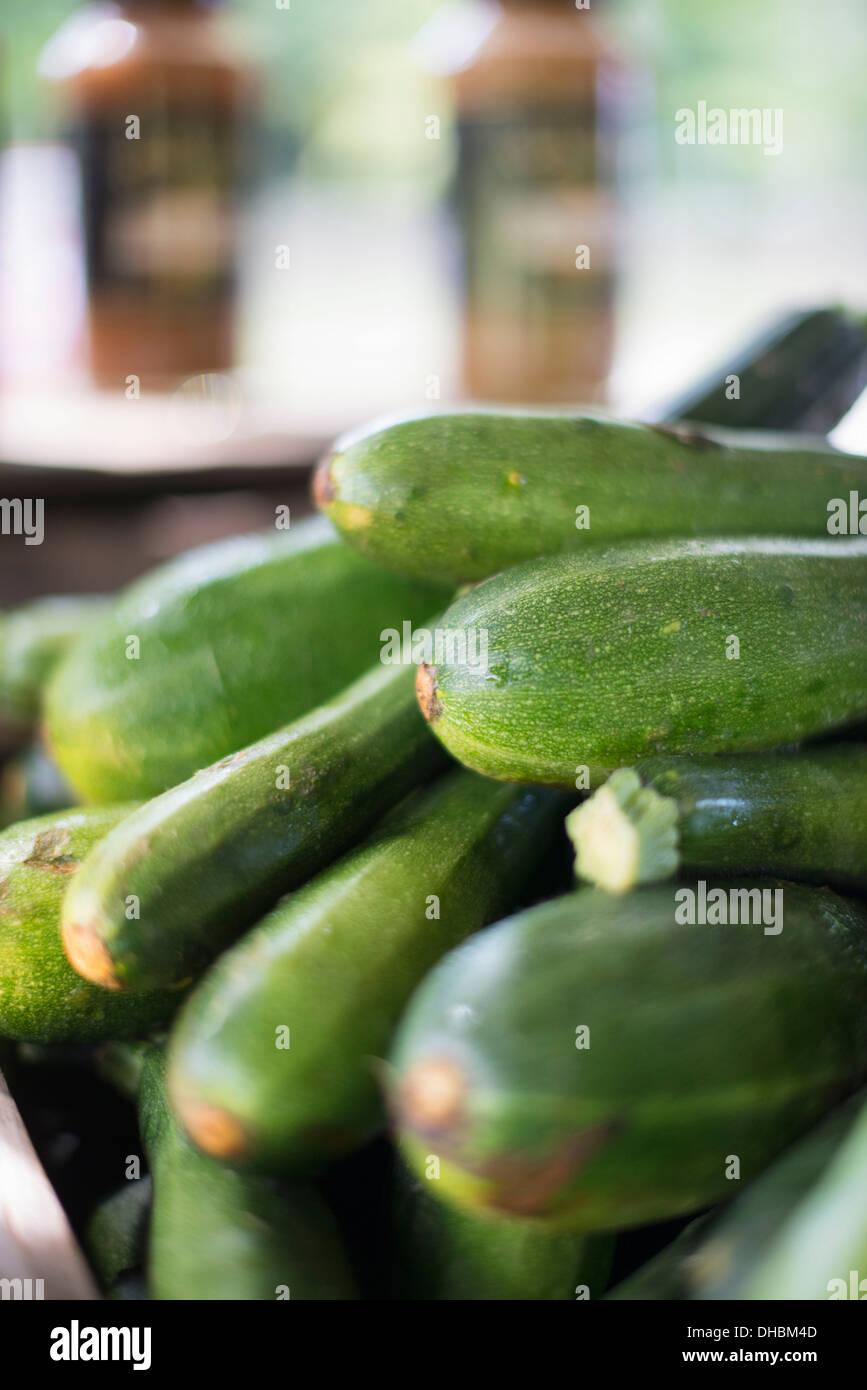 Gli ortaggi biologici in una fattoria di stand. Pile di le zucchine fresche. Immagini Stock