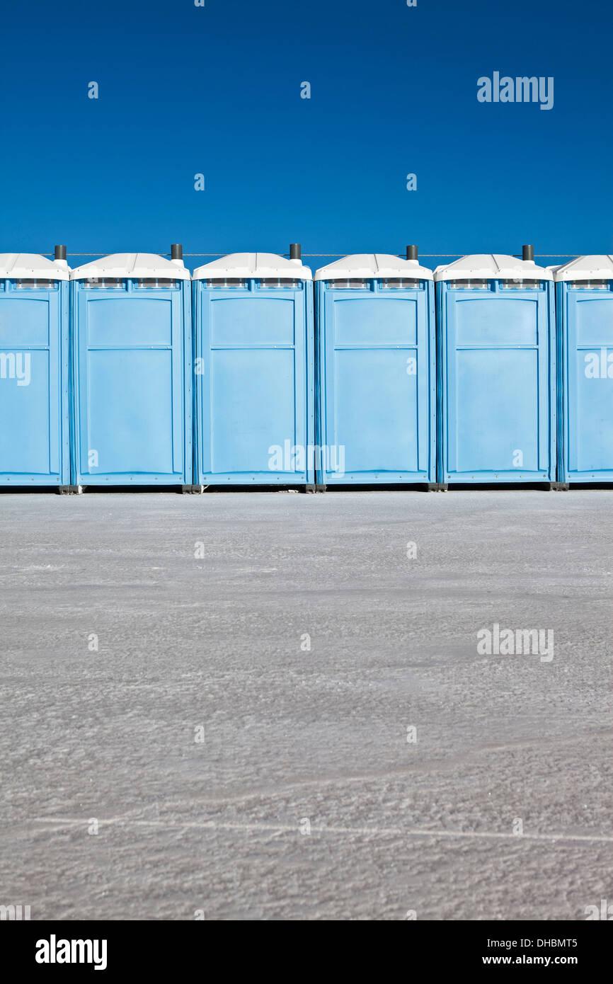 Fila di bagni portatili su Bonneville Saline, durante la settimana della velocità Immagini Stock