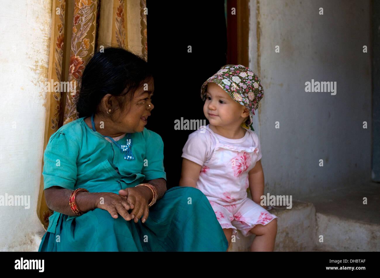Bambino piccolo incontro con una piccola donna nana sulla for Piccolo creatore della pianta della casa