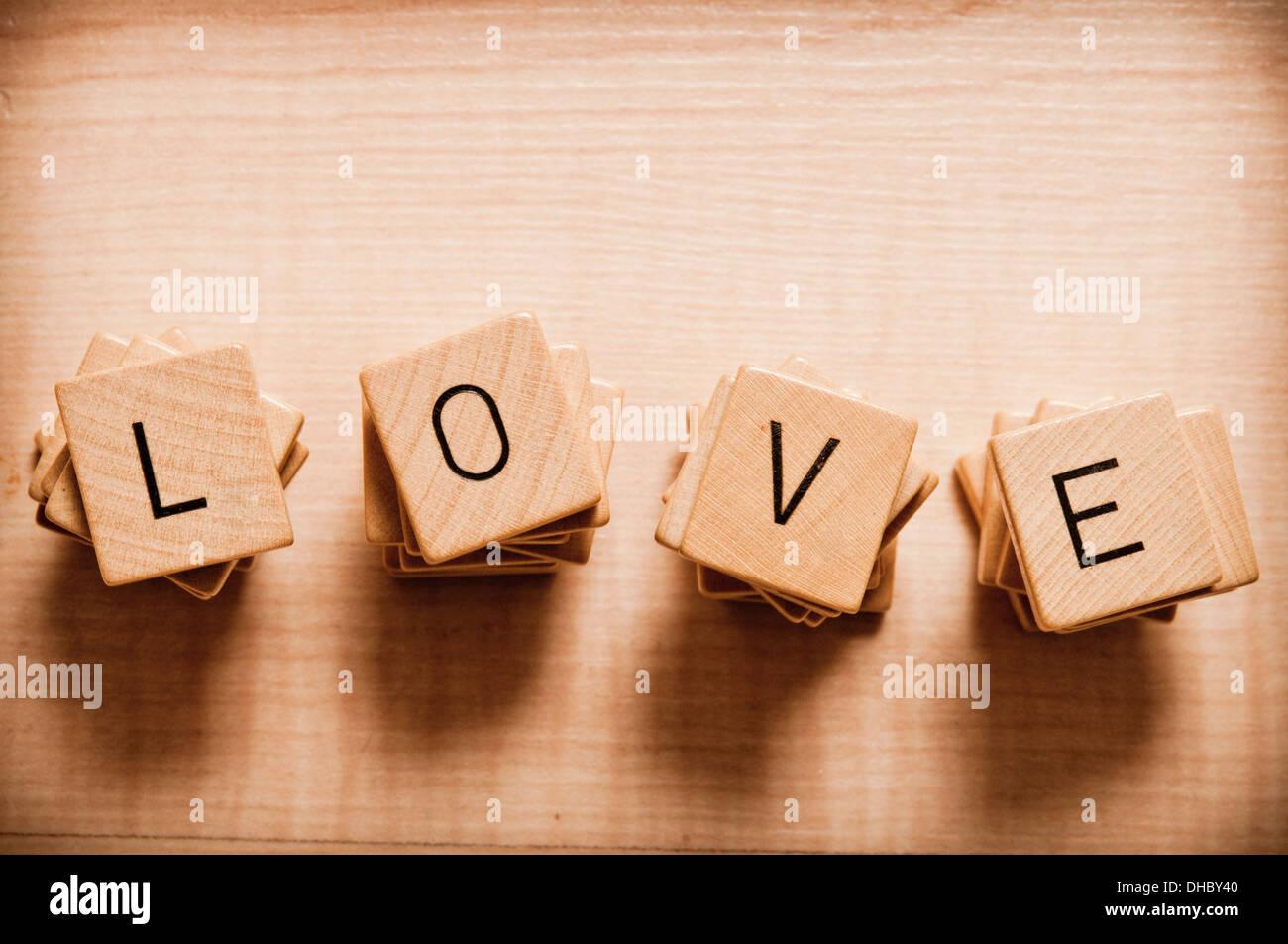 Amore parola scritta con piastrelle di scrabble foto immagine